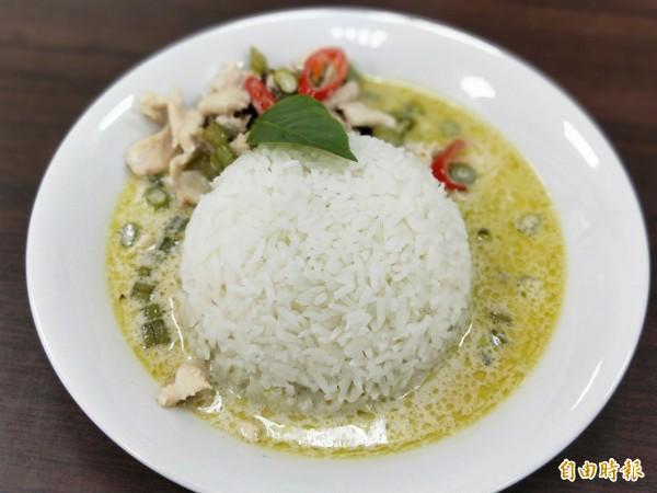 伴有椰奶香的綠咖哩飯,不會過於辛辣,讓人忍不住多吃幾口飯。(記者何玉華攝)