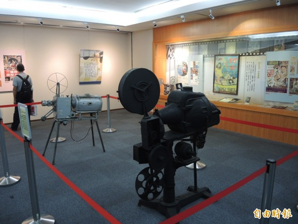 國立台灣圖書館舉辦「百年台灣電影特展」,展出許多珍貴資料。(記者翁聿煌攝)