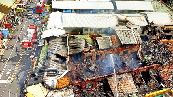 消防局出動多輛人車前往灌救,火勢於昨天下午才撲滅(右圖)。(記者蔡政珉翻攝)