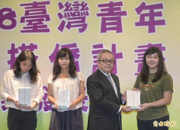 僑務委員會15日舉辦107年台灣青年海外搭僑計畫成果發表會,與會的行政院副院長施俊吉(右2)頒發獎品給臉書日誌競賽前三名同學。(記者張嘉明攝)