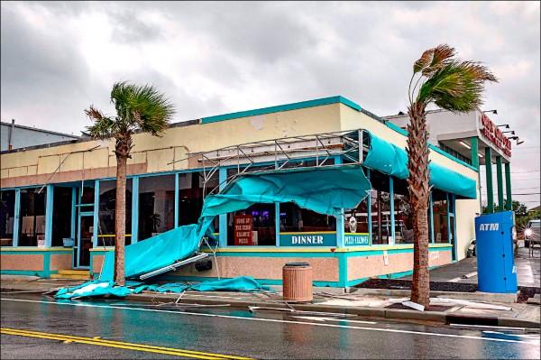 佛羅倫斯的強風,十四日造成南卡默特爾海灘一家商店毀損。(法新社)