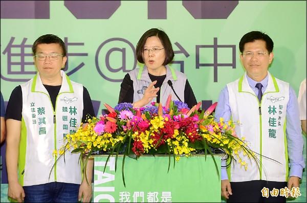 總統蔡英文昨天到中部為民進黨參選人站台時強調,這次選舉有很多來路不明的假消息來自對岸,造成台灣社會的對立。(記者廖耀東攝)