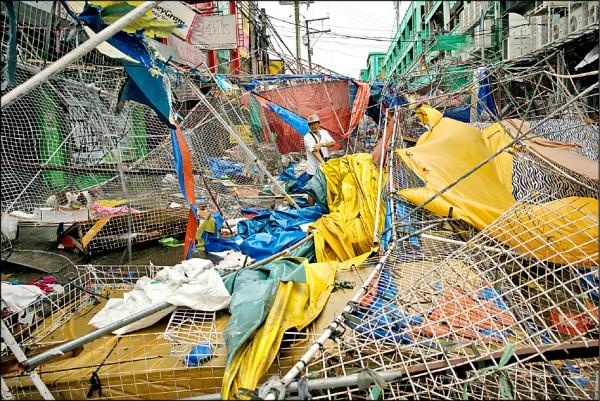 強烈颱風「山竹」15日凌晨登陸菲律賓卡加延省,省會杜格加勞市在強風豪雨下滿目瘡痍。(彭博)