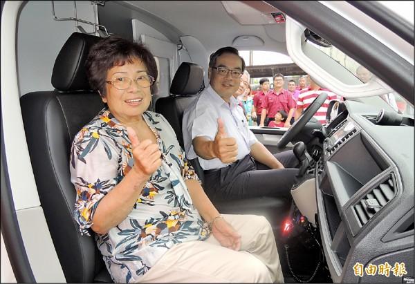 林升文的岳母史安枝(左)、台南消防局副局長楊宗林(右)為新救護車啟用鳴笛。(記者楊金城攝)