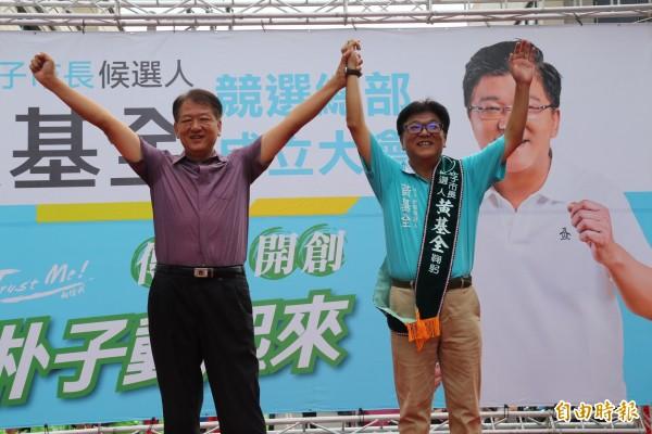 朴子市長王如經(左)支持黃基全延續綠色執政。(記者蔡宗勳攝)