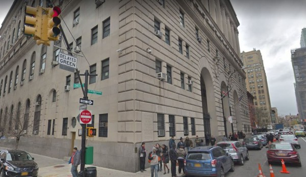 美國紐約一位因涉嫌跟蹤與性騷擾而遭起訴的嫌犯,在被一名女警押解出庭時,竟掐住女警的脖子意圖性侵,所幸當時另一名也被押解的嫌犯及時出手阻止,最後被趕到的戒護警力壓制。圖為事發法庭。(翻攝Google地圖)