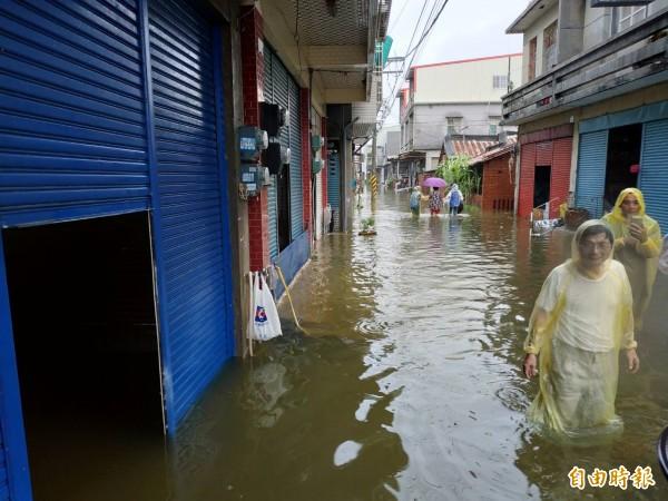 圖為高市永安區豪雨時淹水。(資料照)