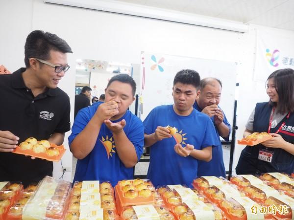 台東智協學員當場試吃台東民眾捐贈的愛心月餅,直說好吃好讚!(記者王秀亭攝)