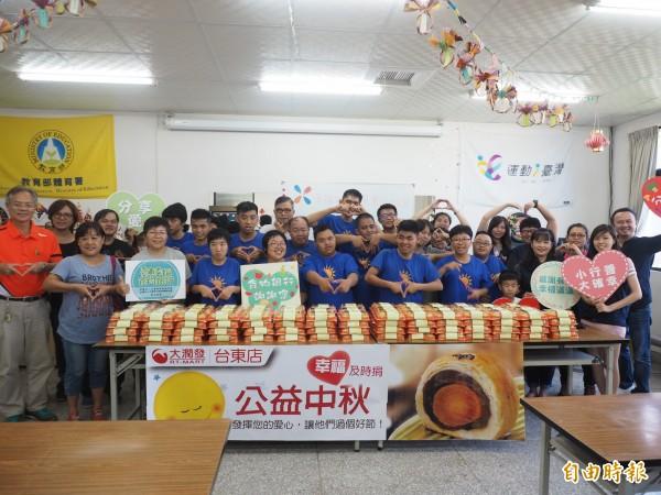 台東一家大賣場號召消費者認購月餅,今天轉贈給台東幸福食物銀行。(記者王秀亭攝)