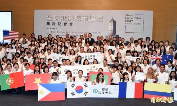 全球港灣城市論壇起跑,高雄市代理市長許立明稱讚7校333位志工是「高雄最美的風景」。(記者張忠義攝)