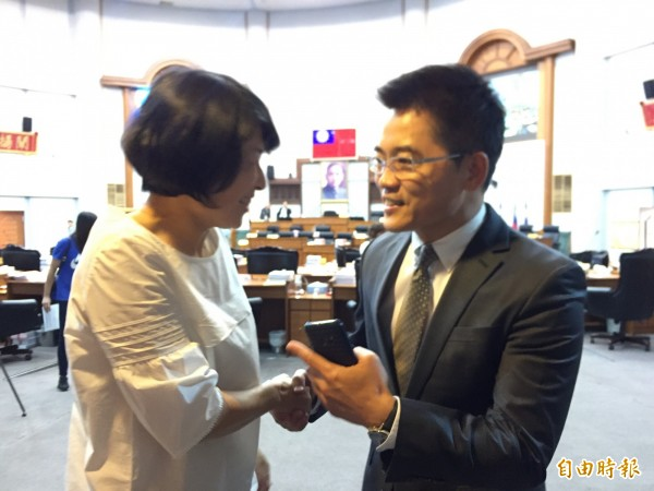 縣長黃健庭(右)感謝議長饒慶鈴支持。(記者張存薇攝)