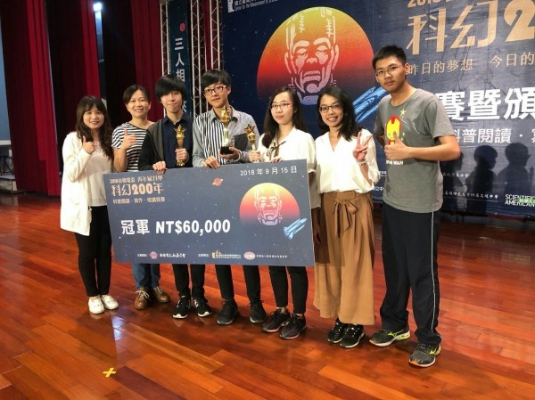 2018年全國青年尬科學競賽得獎同學汪文皓(左3)、楊子毅(左4)、葉于綺(右3)及指導老師合影。(教育局提供)