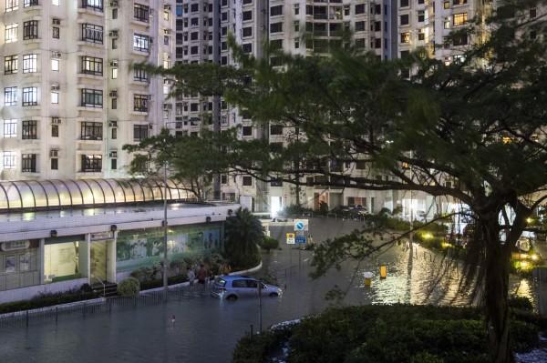 香港遭山竹颱風肆虐,今仍正常上班。(彭博社)