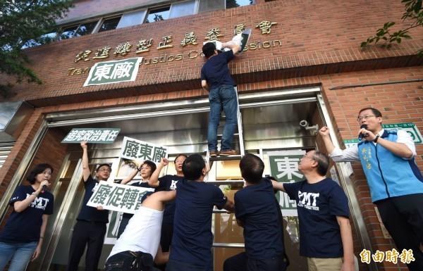 立法院國民黨團委員17日前往促轉會抗議,在促轉會門口貼上「東廠」。(記者方賓照攝)