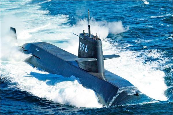 日本海上自衛隊十七日公布親潮級潛艦「黑潮號」浮出水面的照片,拍攝時間和地點不詳。(歐新社)