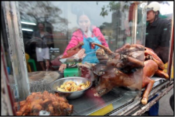 越南首都河內一名攤販正提供狗肉菜餚。(歐新社檔案照)