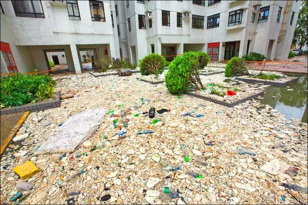 圖為香港杏花邨滿地的泡沫塑料與海洋塑膠垃圾,令人震驚,有網友慨嘆此乃大自然對人類的報復。(歐新社)