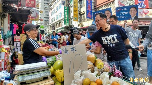 國民黨台北市長參選人丁守中今天倒南京市場掃街拜票。(記者簡惠茹攝)