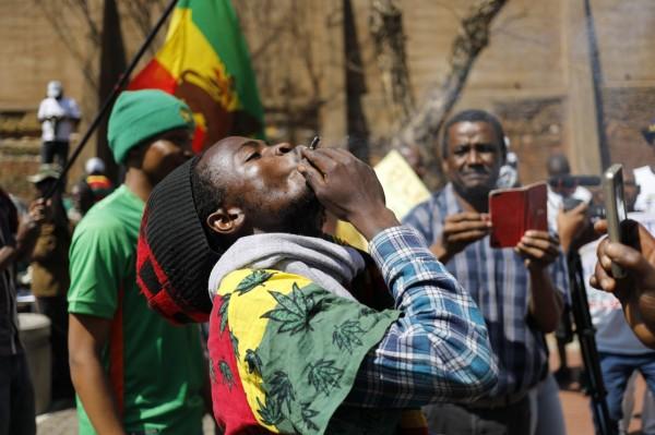 南非憲法法庭今(18)日裁決成年人在私人場所使用大麻合法化,支持者開心地在公眾席及場外尖叫歡呼。(歐新社)