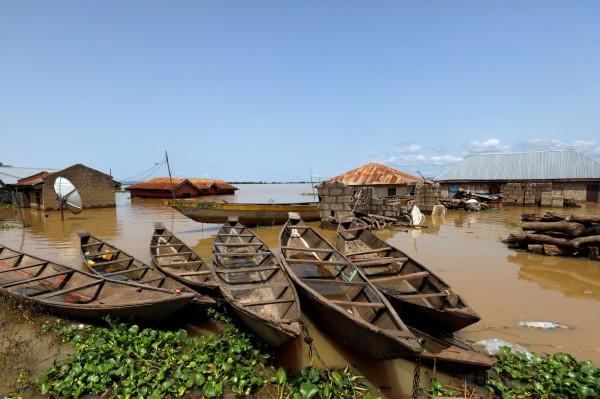 目前居民只能利用獨木舟來做為交通工具。(路透)