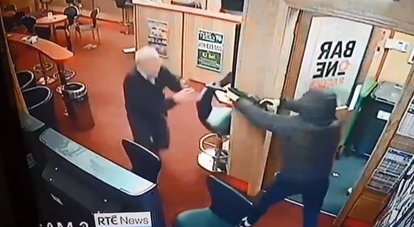 英國85歲阿公,赤手空拳打退3名武裝搶匪。(圖擷自 @gumpy77推特)
