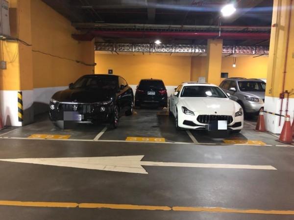日前一名網友在臉書社團分享一張照片,指他在一間百貨公司的地下停車場,看見2輛「海神」瑪莎拉蒂(Maserati)霸占3格車位,痛批車主沒水準。(圖擷取自爆料公社)