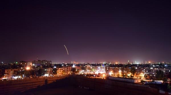 俄國指責以色列在敘利亞製造危險情勢,才會導致誤擊意外發生。圖為敘國先前遭以國導彈攻擊的場景。(歐新社)