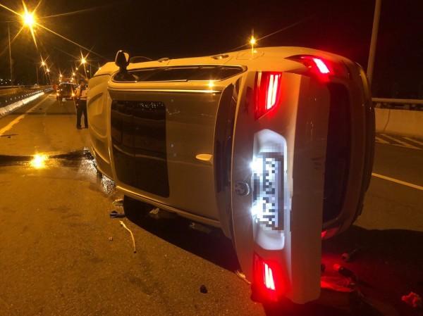 由於一時分心自撞護欄,黃男所駕的休旅車嚴重受損。(記者陳恩惠翻攝)