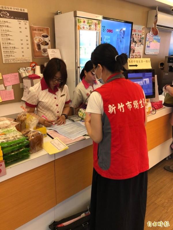 新竹市衛生局近期派員至轄內各大賣場、超市、連鎖販賣業及糕餅烘焙業等食品業者進行稽查,並同步抽驗中秋節應景食品,結果全數合格。(記者王駿杰攝)