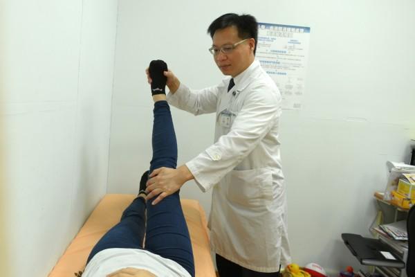 復健科主任劉建廷說,臨床診斷時會請患者平臥做直腿抬高試驗。(台北慈濟醫院提供)