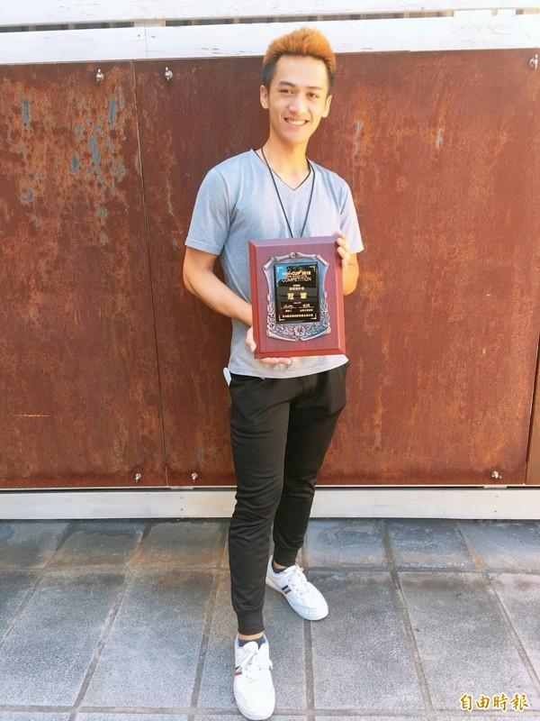 黃楚豪在台灣盃美髮及造型菁英大賽,以布農族的圖騰當創作元素在創意設計組拿下第一名。(記者張軒哲攝)