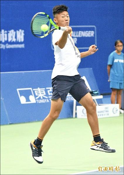 17歲的「夜市小球王」曾俊欣,昨在高雄海碩男網挑戰賽通過3盤考驗,奪下個人ATP挑戰賽生涯首勝。(記者黃志源攝)