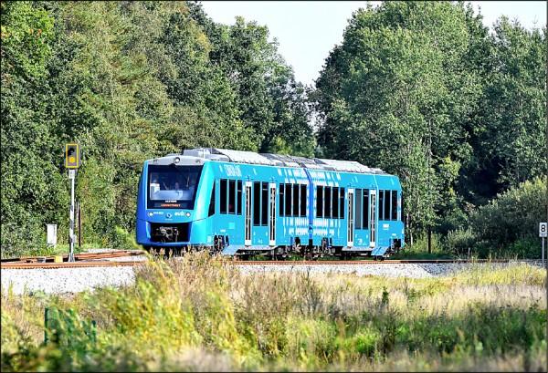 德國17日啟用全球首輛以氫燃料電池為動力的火車「Coradia iLint」,在下薩克森邦的多個城鎮間運行,行駛路線達100公里。(歐新社)