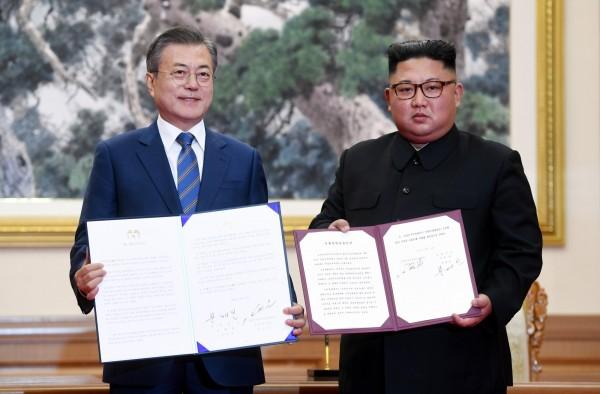 南韓總統文在寅與北韓領導人金正恩今天上午進行一對一會談,並簽署了《九月平壤共同宣言》,兩韓也決定一起申辦2032年奧運。(歐新社)