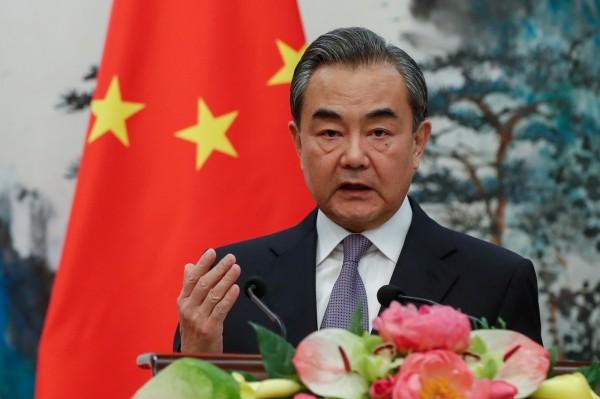疑似為中國外交部長王毅的推特帳號表示,要求「瑞士(Swiss)」為此向中國遊客道歉,引發網友嘲笑。但有中國媒體說,王毅根本沒有開通推特帳號,疑似為網友惡搞。(歐新社資料照)