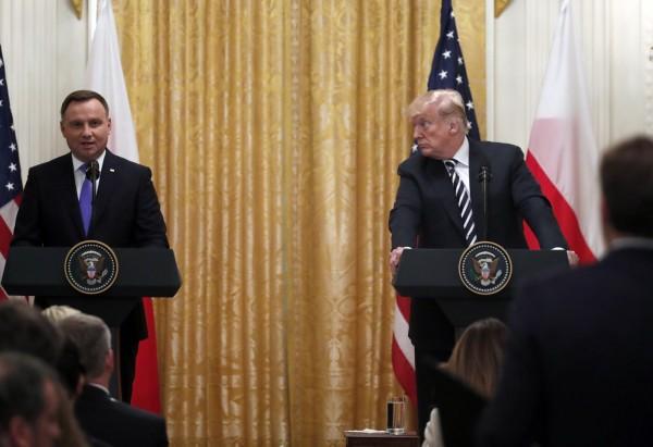 波蘭總統杜達(左)盼美軍在波蘭永久駐軍,甚至要把這軍事基地命名為「川普堡」(Fort Trump)。(美聯社)