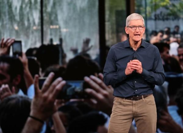 針對新手機的定價,庫克解釋新iPhone能取代其他電子產品,所以才這麼貴。(資料圖 法新社)