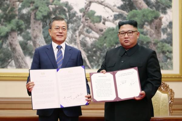 南韓總統文在寅昨日率團前往平壤和北韓領導人金正恩進行第3次「文金會」,今(19)日簽署並發表《平壤共同宣言》。(法新社)