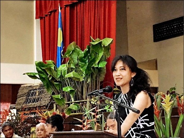 行政院發言人Kolas Yotaka接受帛琉共和國女王Bilung Gloria Salii的邀請,前往帛琉參加全國女性會議25週年大會。(行政院提供)