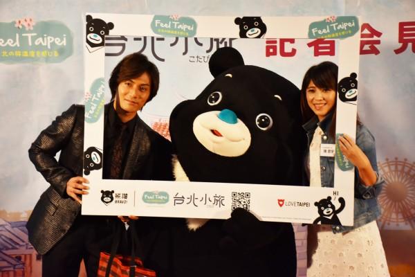 擔任台北觀光大使的日本知名演員加藤和樹(左)與觀傳局局長陳思宇、台北市吉祥物熊讚熱情相見歡。(台北市觀傳局提供)