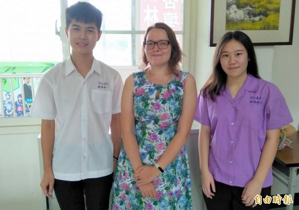 南投縣竹山高中俄羅斯正妹老師「莎曼琉葧」,深受同學們喜愛。(記者謝介裕攝)