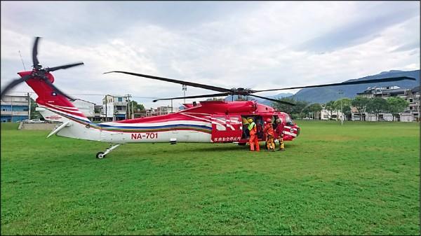 花蓮縣消防局開出首張搜救直昇機搜救費用92萬元,向闖入未開放路段登山而發生意外的登山隊伍請求支付。(花蓮縣消防局提供)