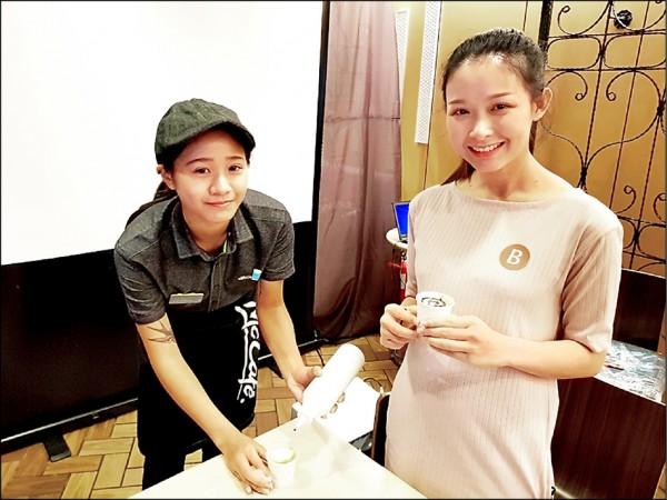 來自泰國的26歲新住民趙月蓉(右)學習咖啡拉花。(記者王冠仁翻攝)