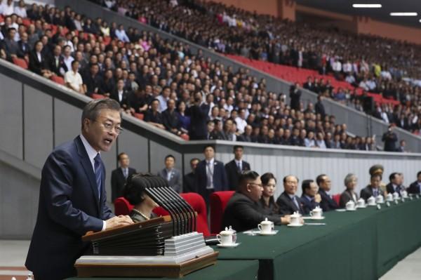 文在寅以南韓總統身分對北韓人發表演說。(美聯社)