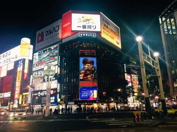 札幌市「薄野」商圈威士忌品牌的大看板終於點燈,象徵節電正式結束。(圖擷取自Twitter)