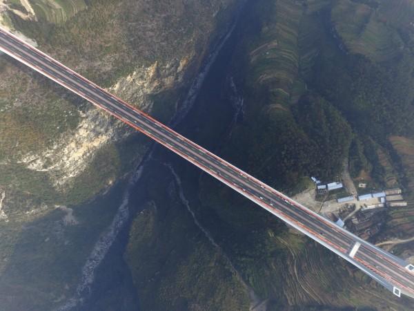 「北盤江大橋」橋面至江面垂直距離565.4公尺,相當於200層樓高度,橫跨深度達600公尺的北盤江「U」形大峽谷。(歐新社)