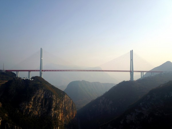 「北盤江大橋」獲金氏世界紀錄公司認證為「世界最高橋」,並載入世界紀錄大全。(路透)