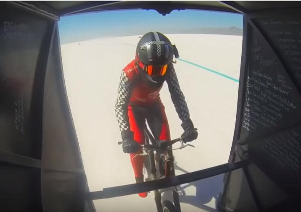 美國一名女自行車選手最近挑戰極限,飆出了296公里的時速。(圖擷自YouTube)