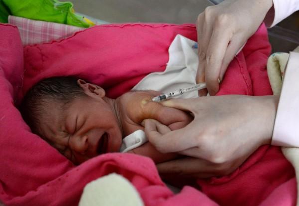 「長春長生被查獲疫苗造假等違規行為,引發中國各地「假疫苗」受害兒童的家長上街示威。(歐新社)