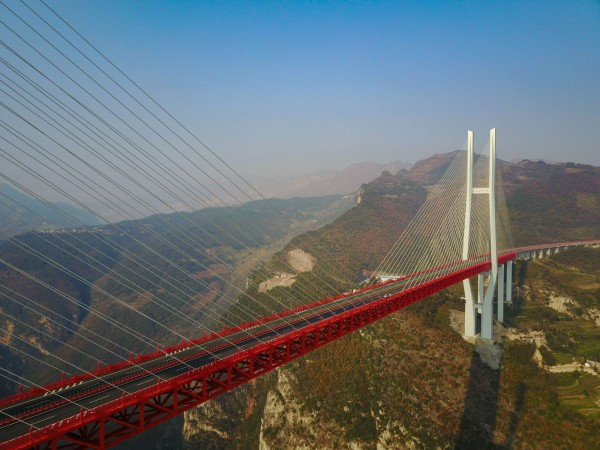 北盤江大橋採用雙塔四車道、斜拉橋結構建造,共耗時四年之久。(法新社)